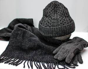 Grauer Schal, Strickmütze und Handschuhe