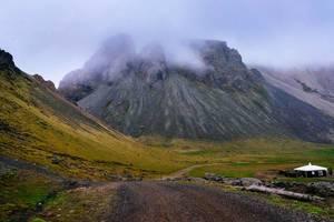 Gravel path leading to an epic mountain covered in clouds / Schotterweg führt zu einem epischen Berg in Wolken bedeckt