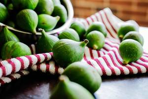 Green figs lying on a kitchen cloth