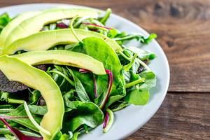 Green salad with salad mix and avocado slices (Flip 2019)