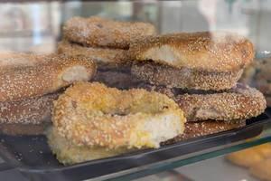 Griechischer Bagel mit Sesam