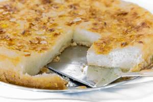 """Griechischer Kuchen """"Chamali"""" mit Mandeln und Kuchengabel"""