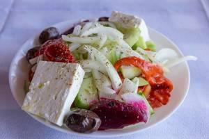Griechischer Salat mit Paprika, Gurke, Zwiebel, Rote Beete, Oliven und Fetakäse