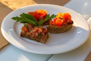 Griechischer Tomatensalat auf Vollkornbrotscheiben