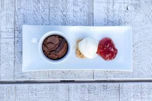 Griechisches Kaffee-Soufflé mit Dondurma-Eis. Draufsicht