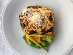Griechisches Mittagessen Moussaka, gefüllte Auberginen mit Hackfleisch und gesunden Beilagen, in einem Restaurant der Hafenstadt Spetses