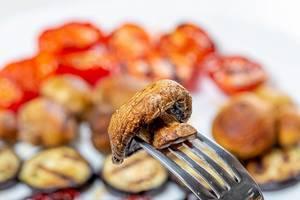 Grill the mushroom on a fork closeup (Flip 2019)