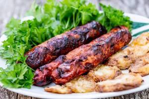 Grillwürstchen mit frischer Petersilie und frittierten Zucchini