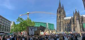 Großdemonstration und Klimaprotest von streikenden Schülern und Erstwählern am Fridays for Future Day vor dem Kölner Dom
