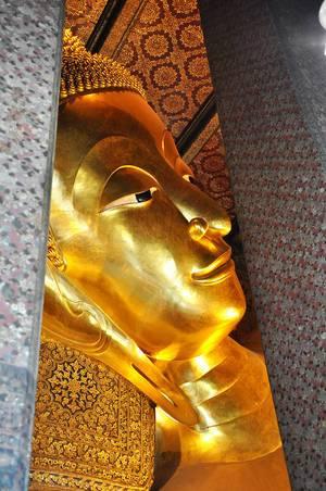 Große, goldfarbene Buddha-Statue in einem Tempel - Thailand