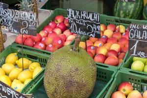 Große Jackfrucht und andere Früchte an einem Obststand am Naschmarkt