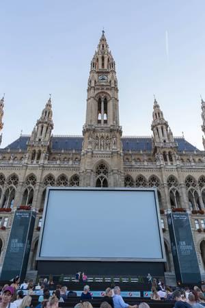 Große Leinwand am Rathausplatz beim 28. Film Festival