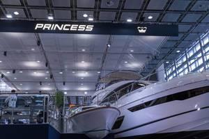 Große luxuriöse Yacht neben Motorboot in Ausstellung der Messe boot Düsseldorf