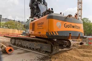 Große Maschine für Spezialtiefbau vom Firmengruppe Gollwitzer auf dem Baustelle auf Rudolfplatz in Köln