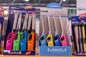 Große Nutzfeuerzeuge in verschiedenen Farben als Aufsteller