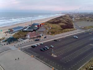 Große Parkfläche am Strand von Bloemendaal aan Zee, Niederlande mit einigen Restaurants
