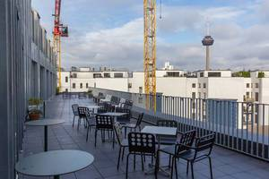 Großer Balkon der WeWork Büroflächenvermietung: Coworking in Köln, mit Blick auf den Colonius Fernsehturm