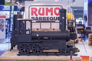 Großer Grill in Form eine Lock am Messestand von RUMO BBQ