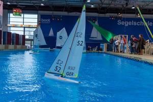 Großer Innenpool mit Miniatur-Segelbooten wirbt für Segelschule an Messe boot Düsseldorf