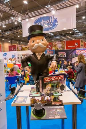 Großer Monopoly Voice Banking Aufsteller am Monopoly Stand der Spiel Messe in Essen