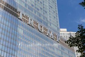 """Großer """"Trump"""" Schriftzug auf dem Trump Tower in Chicago, Illinois"""