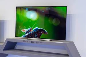 Großer Ultra-HD OLED Fernseher