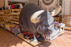 Großer Zeichentrickbulle in einem Geschäft auf Mallorca
