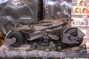 Großes Justice League Batmobile in der Seitenansicht