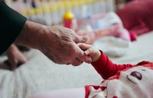 Großvater und Enkelin, die Hände rütteln