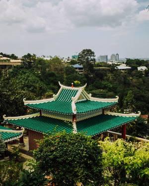 Grün-weißes Dach einer chinesischen Pilgerstätte