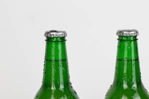 Grüne Bierflaschen vor weißem Hintergrund