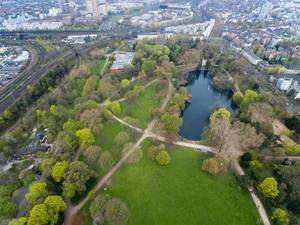 Grüne Flächen im Park Volksgarten in Köln. Luftbild