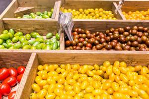 Grüne, gelbe und rote Tomaten