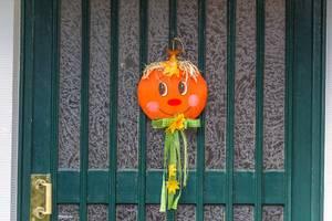 Grüne Holztür mit selbstgemachter Dekoration zu Halloween