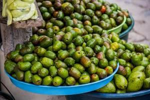Grüne Spondias und Mangos an einem Verkaufstand auf der Straße in Honduras