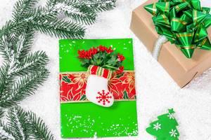 Grüne Weihnachtskarte mit Strumpf und Weihnachtsstern Deko