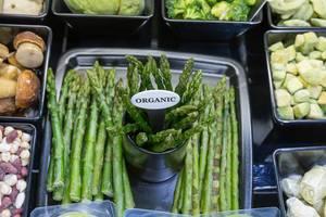 Grüner Bio Spargel neben anderen Gemüsesorten
