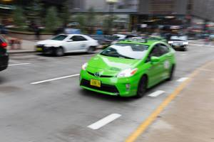 Grüner Toyota Prius Taxi