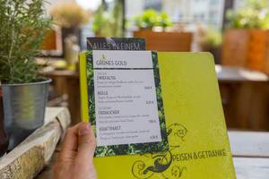Grünes Gold - Speisekarte mit Rindfleischburger, veganem Burger und grünem Smoothie im Hans im Glück Restaurant