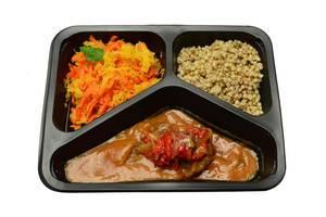 Grütze, Rindfleisch in Soße und Kohl-Karotten-Salat