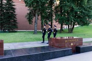 Guards of honour marching by Kremlin walls / Ehrenwachen, die von den Kremlwänden marschieren