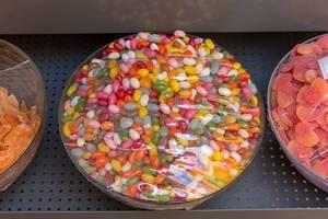 Gummibonbons verschiedener Farben in Glasschüsseln
