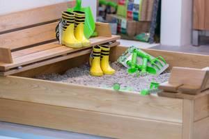 Gummistiefel und Gartenwerkzeug für Kinder