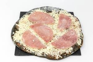Gustavo Gusto I Like Pizza mit schwarzem Boden durch Aktivkohle mit Prosciutto belegt