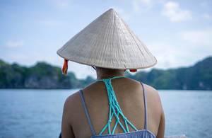 Ha Long Bay in Vietnam - Frau mit traditionellem Vietnamesischem Spitzhut