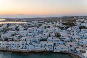 Hafenort Naoussa auf der griechischen Insel Paros, mit weiß-blauen Wohnhäusern aus Kalkstein
