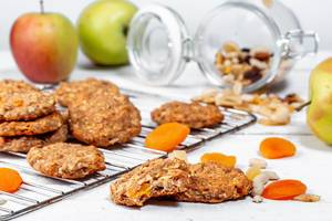 Haferflocken-Kekse mit getrockneten Aprikosen und einer Studentenfutter - Nussmischung mit Rosinen bringt herbstliche Stimmung