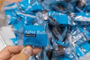 """Haferflockenkugel mit Schokoladenüberzug """"Hafer Balls"""" auf der Fibo-Messe in Köln"""