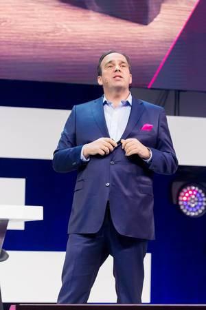 Hagen Rickmann (Deutsche Telekom) hält seinen Vortrag auf der Bühne des Digital X Events in Köln