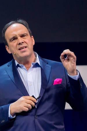 Hagen Rickmann hält einen Impulsvortrag auf der Bühne des Digitalisierung-Events Digital X in Köln
